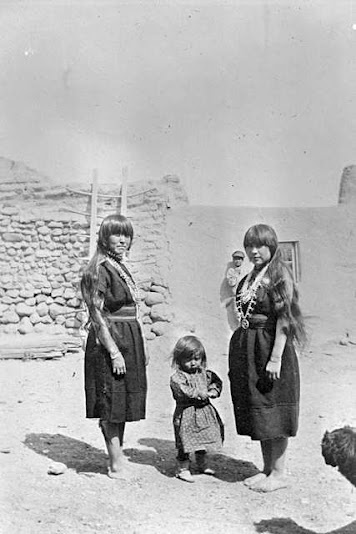 Cochiti women and child - 1918